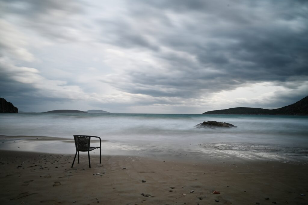 Ψιλή άμμος Τολό, η καρέκλα του καλοκαιριού στο καταχείμωνο