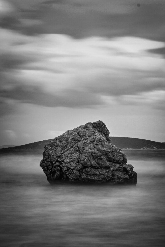 Ο βράχος στο Τολό στην ψιλή άμμο